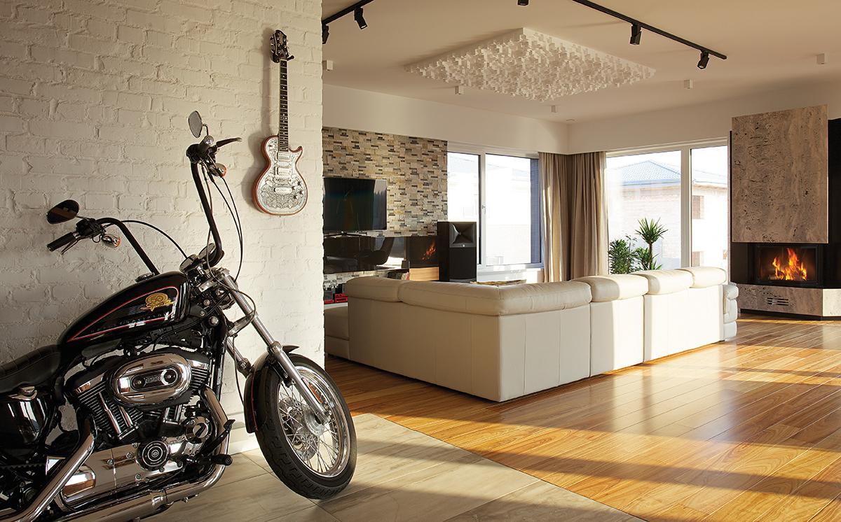 Roks ar piegādi mājās … un Нarley-Davidson viesistabā