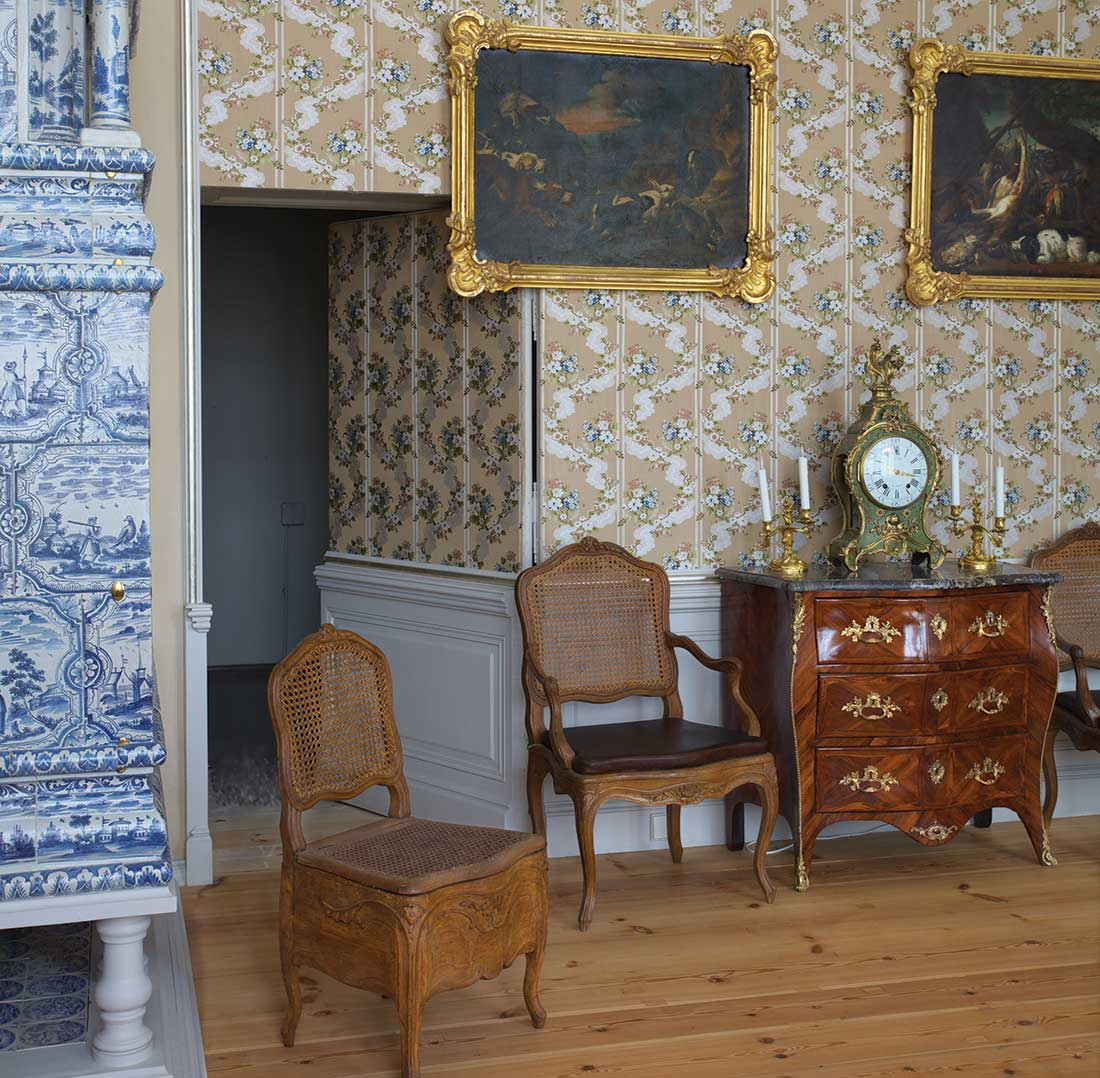 Hercoga garderobe ar pavērtajām durvīm uz kambari, no kura tālāk nonāca guļamistabas alkova nišā, priekšplānā tualetes krēsls.