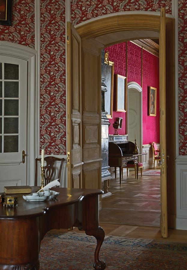 Первый рабочий кабинет герцога, из которого можно было прямо попасть в кабинет для аудиенций. Сквозь двери видна излюбленная герцогом Петром роскошь, противопоставленная сдержанному вкусу герцога Эрнста Иоганна.