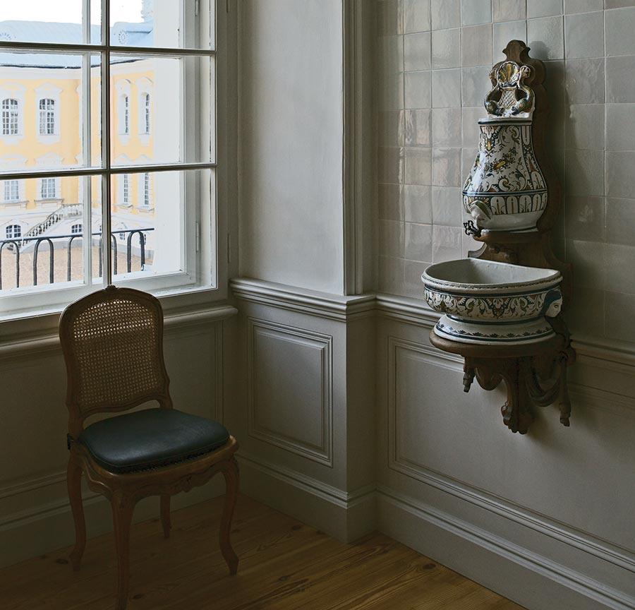 Умывальная комната герцога с рукомойником из руанского фаянса.