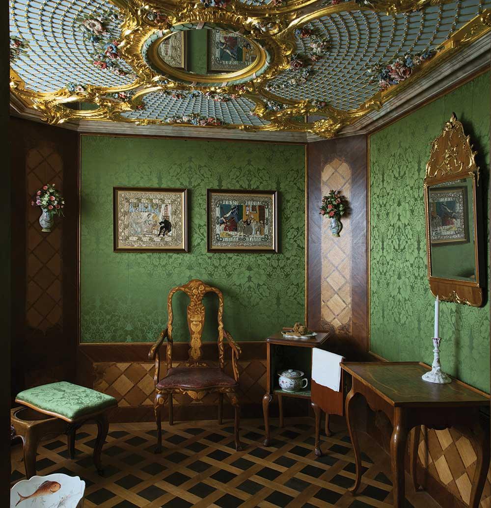 Hercogienes tualetes kabinets. Stūrī pa labi naktsskapītis, pa kreisi – taburete ar bidē.