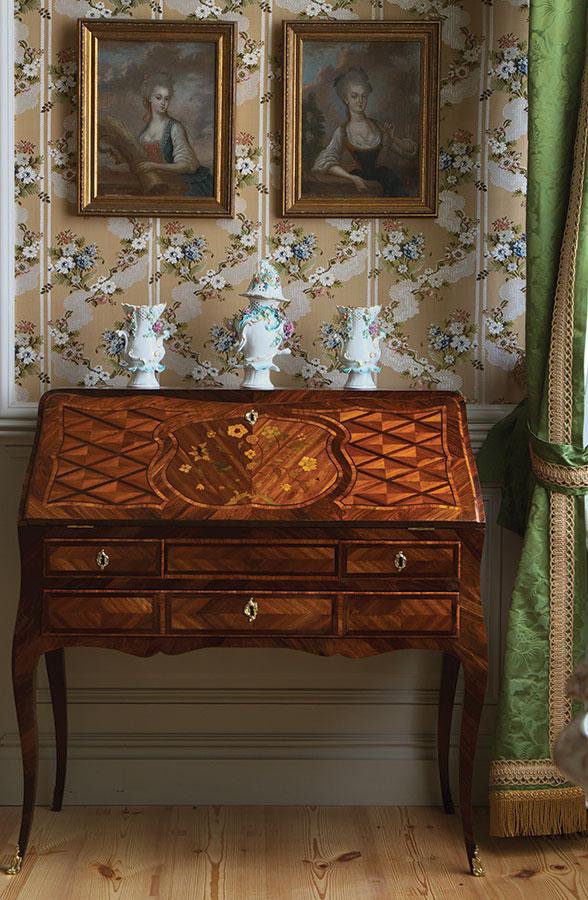 Дамское бюро с ароматными вазами в стиле английского рококо в салоне герцогини.