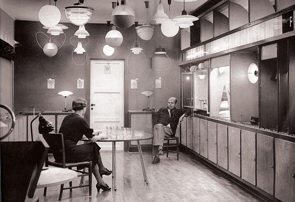 Pols Henningsens demonstrējumu zālē Louis Poulsen Kopenhāgenā. 1939