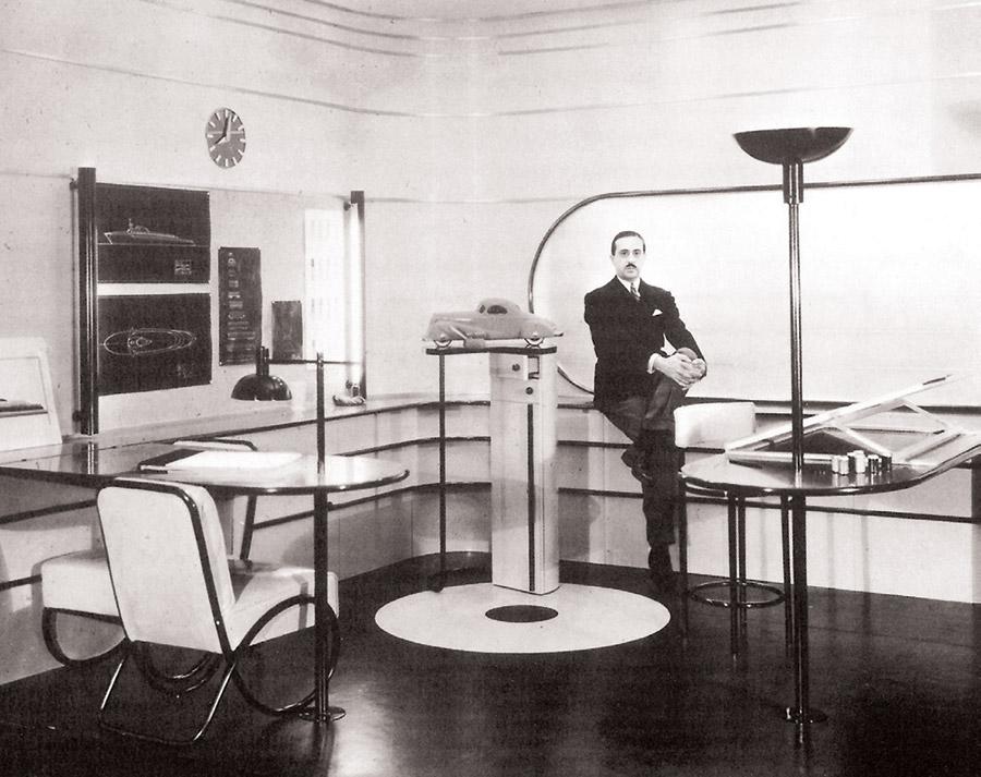 """Dizainers Raimonds Lovijs savā Ņujorkas birojā. 1934. Lovijs deva priekšroku """"aerodinamiskajam"""" stilam, kas redzams viņa projektētajās mēbelēs un gaismasķermeņos."""